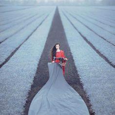 Femme - Champ - Gris - Machine à Coudre - Tissus - Argentique - Surréaliste - Oleg Oprisco