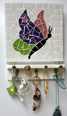 Good idea, it's smaller. Mosaic Garden Art, Mosaic Diy, Mosaic Tile Designs, Mosaic Crafts, Mosaic Rocks, Stone Mosaic, Mosaic Glass, Butterfly Mosaic, Mosaic Birds