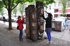 Berlin : l'ingénieuse équipe de Baufachfrau a eu la bonne idée de transformer des troncs d'arbres morts en petites bibliothèques.