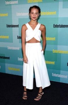 .Alicia Vikander con un conjunto en blanco de crop top cruzado y pantalones 'culottes' de Rosetta Getty Resort 2016.