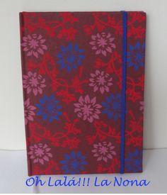 Encuadernación en papel hecho a mano de una textura suave y unos colores preciosos, cierre con goma y cinta de registro