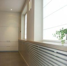 radiatorkast en vensterbank in één Diy Interior, Home Living Room, Interior Design Living Room, Happy New Home, Window Benches, Radiator Cover, House Windows, Eclectic Decor, House Design