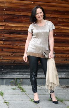 Partylook schwarze Lederleggings und goldenes Top