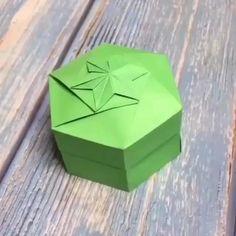 Diy Gifts Paper, Cool Paper Crafts, Paper Flowers Craft, Origami Flowers, Diy Paper, Paper Flower Vase, Paper Gift Box, Fun Crafts, Instruções Origami