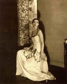 Madeleine Vionnet dress, photo by Edward Steichen Edward Steichen, Fashion 101, Fashion History, Modern Fashion, Vintage Fashion, 20s Fashion, Geometric Fashion, Edwardian Fashion, Female Fashion