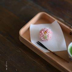 today, I made japanese confectionery NERIKIRI which express Chrysanthemum ▫️▫️▫️▫️▫️▫️▫️▫️▫️▫️▫️▫️▫️▫️▫️▫️▫️ . 千本玉寿軒さんや、嘯月さんのきんとんとして、SNSにアップされていたこの菊の意匠。 . 菊にはほんとに沢山の意匠があるけれど、 こんなに細かいきんとんで表現することができるなんて、、 . 和菓子ってほんと美しい、、と心が震えました。 . で、 . トライしてみたわけなのですが、 . やっぱり繊細なフォルムが難しい、、 . でもトライしてみてすごく勉強になりました あ、あ、本物を拝見してみたいし 戴いてみたいなあ、、✨✨✨✨ . . ▫️▫️▫️▫️▫️▫️▫️▫️▫️▫️▫️#和菓子#練り切り#練切り#上生菓子#wagashi#煉切#器#和食器#still_life_gallery#japaneseculture#nisnap#japon#japan#テーブルセッティング#和の心#おやつ#茶道#緑...