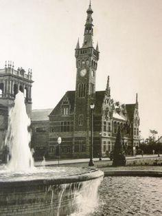 """1929 - Pavelló Bèlgica - Montjuïc - Barcelona Pavelló de Bèlgica: possiblement obra de l'arquitecte Arthur Verhelle, es trobava junt al pavelló d'Espanya. De planta quadrangular d'uns 3.000 m2, estava inspirat en el Hof von Busleyden de Malines, construït a l'època en que Margarida d'Àustria va fixar la cort en aquesta localitat, destacant una alta torre """"beffroi"""" que doblava l'altura de l'edifici."""