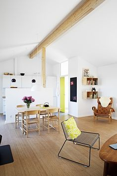Bright and nordic dining room in continuation of the kitchen. The wooden dining table and chairs are from Børge Mogensen.