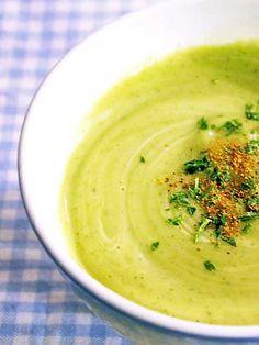 CREMA DE CALABACÍN    4 calabacines medianos  1 patata  1 cebolla  1 pastilla de caldo de verdura  Sal  Aceite de oliva  100 ml. de nata  Nuez moscada  Perejil