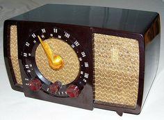 Vintage Zenith Bakelite AM/FM Table Radio, 7 Tubes, Model H72372, Circa 1951.