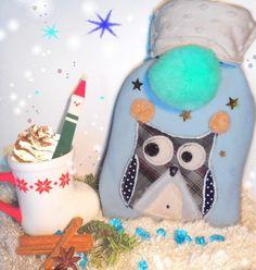 Bouillotte eau originale avec housse polaire bleue avec chouette et pompons https://www.alittlemarket.com/soin-bien-etre/fr_bouillotte_eau_1_litre_housse_chouette_en_polaire_bleue_avec_pompon_-19767340.html