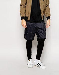 Jogginghosen von ASOS doppellagiges Design Sweatshirt-Stoff Taillenbund mit Kordelzug kurze Oberlage Seitentaschen enge Passform Maschinenwäsche 69% Baumwolle, 28% Polyester, 3% Viskose Model trägt 32 Zoll/81 cm Normalgröße und ist 188 cm/6 Fuß 2 Zoll groß