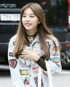 E esse fone Verde menta lindo? Sweet Girls, Cute Girls, Kim Sejeong, Cosmic Girls, Ioi, Girl Group, Actors & Actresses, Korean Fashion, Casual