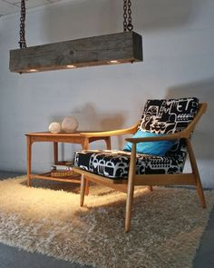 Luminária rústica com madeira de demolição e poltrona