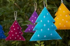 Felt Christmas decorations look sweet hanging from your tree or dressing up a wrapped package. (@ Craftedblog)