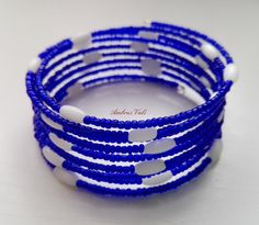Kék kása és fehér rizs gyöngyből fűzött memóriadrótos karkötő.