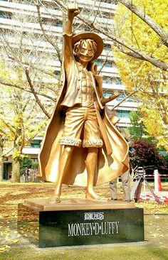 It was inaugurated by Kumamoto Prefecture in Japan, hometown of Eiichiro Oda, author of One Piece a bronze statue of Luffy One Piece Ace, One Piece Manga, One Piece Funny, One Piece Fanart, Kumamoto, Film Manga, Anime Films, Manga Anime, Mugiwara No Luffy