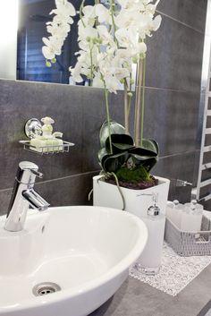 kylpyhuone,pesuallas,pesutilat,moderni,tyylikäs,vaalea,orkidea,kylpyhuonekalusteet,kylpyhuoneen sisustus,pikkutavarat,pumppupullo,rasia,säil...