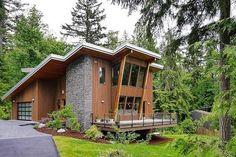 Echa un vistazo a esta casa situada en la base del la montana Squak, Washington, la combinación de materiales y características sostenibles con lo último e