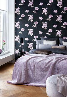 """Lav dit eget maleri på væggen med tapet. Hvis tapetet er meget dominerende, kan du nøjes med kun at tapetsere den ene væg, """"Rose and Fern - Black"""", 498 kr., for ca. 10 m, Tapetforum"""