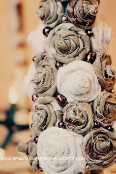 arvore de natal com rosas de tecido