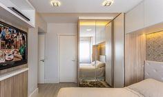 <span>Desenhados pela arquiteta e executados sob medida (Fratelli Móveis), os armários são de MDF revestido de laminado melamínico nas cores Branco Liso e Cillegio Grigio (MaDeFibra, da Duratex). Duas das portas são cobertas de espelho, que servem não só para as trocas de roupa como refletem – e, portanto, potencializam – a luz natural que vem da janela logo em frente. Projeto da arquiteta Camila Chalon.</span> Mirror Door, Sliding Doors, Decoration, Sweet Home, Loft, House, Furniture, Design, Home Decor