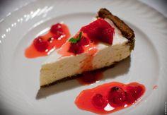 Cheesecake tradizionale con sciroppo fresco di fragole alla menta