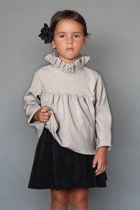 Falda velvetón negra. Falda rizada en micropana lisa aterciopelada negra. Combinable con blusas de la colección.