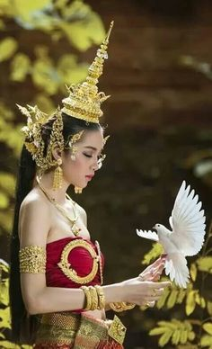 Thailand Outfit, Thailand Fashion, Traditional Thai Clothing, Traditional Dresses, Cambodian Wedding Dress, Thai Fashion, Photography Poses Women, Beautiful Girl Photo, Indian Beauty