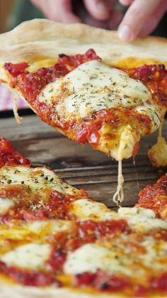 Pizza Napolitana Fácil y deliciosa, una buena pizza Casera no se le niega nadie. ¿A quién se la prepararías? Pizza Napolitana Fácil y deliciosa, una buena pizza Casera no se le niega nadie. ¿A quién se la prepararías? Healthy Pizza Recipes, Appetizer Recipes, Cooking Recipes, Neapolitanische Pizza, Pizza Food, Thin Crust Pizza, Good Pizza, Plats Healthy, Vegetarian Food