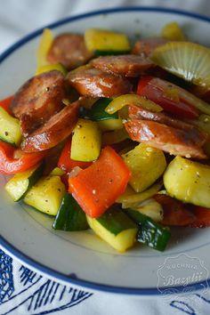 Smażona kiełbasa z warzywami to prawdziwy hit! Wasi faceci będą Was nosić na rękach za takie śniadanie czy kolację! Sprawdźcie przepis!