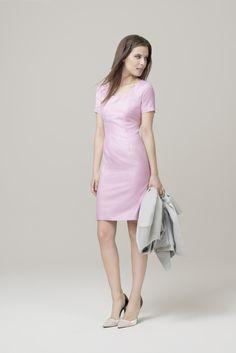 Die Trendfarbe der Sommersaison 2016, vom US-Farbinstitut #Pantone analysiert, ist Rosa. Wählen Sie, um diese eher mädchenhafte Farbe richtig in Szene zu setzen, einen zeitlosen Klassiker wie unser #DOLZER Etuikleid und kombinieren Sie es mit einem Gehrock in seriösem Hellgrau. So wird aus dem verspielten Sommerkleid im Handumdrehen ein bürotauglicher Look.