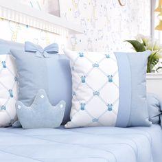 As Almofadas Girafinha Clássica Azul 3 Peças ficam um charme na decoração do quarto de bebê azul! Elas trazem bordados de girafinha e coroas super lindas! Cushion Cover Designs, Cushion Covers, Pillow Covers, Cushion Embroidery, Embroidery Flowers Pattern, Kids Pillows, Throw Pillows, Baby Boy Suit, Felt Angel