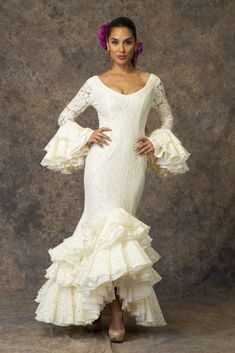 Traje de flamenca blanco de Aires de Feria. Modelo Brisa. Black White Red, Fishtail, Fasion, Bridal Style, Different Styles, Bridal Dresses, White Dress, Style Inspiration, Princess