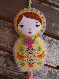 Porte-clés ou bijou de sac poupée russe ANNA pastel en tissu et feutrine brodée main *Livraison gratuite* : Porte clés par floriane-s