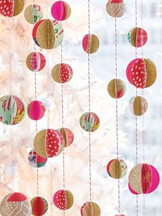 Christmas Craft Idea: Wrapping Paper Scrap Garland DIY Unless you have an incredible talent for cutting perfectly sized pieces of wrapping paper, chances are you're creating a lot of scraps while beautifying your holiday… Paper Christmas Decorations, Diy Christmas Garland, Christmas Paper Crafts, Paper Ornaments, Diy Garland, Paper Crafts For Kids, Holiday Crafts, Garland Decoration, Paper Garlands