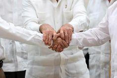 Kuuban presidentti Raul Castro piti keskiviikkona Havannassa käsistä kiinni Kolumbian presidenttiä Juan Manuel Santosia ja kapinallisten johtajaa Rodrigo Londonoa, jotka keskiviikkona sopivat rauhasta.