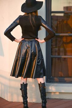 Multimedia top with leather sleeves, flared black leather midi skirt and boots Real Leather Skirt, Leather Midi Skirt, Black Leather Skirts, Leather Dresses, Sexy Skirt, Dress Skirt, Skirts With Boots, Weird Fashion, Leather Fashion