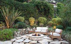 Jardim com fogueira de pedras é uma ótima pedida para o frio. Confira a decoração escolhida por Kelly Osbourne!