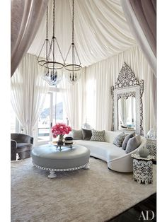 Design Advice from the Kardashians' Calabasas Homes Photos Architectural Digest Architectural Digest, Casa Da Khloe Kardashian, Kardashian Jenner, Calabasas Homes, Living Room Decor, Living Spaces, Fancy Living Rooms, Bedroom Decor, Vintage Sofa
