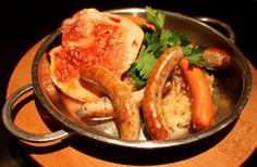 Taverne platter: Thüringer rostbratwurst and Frankfurt sausages, home ...