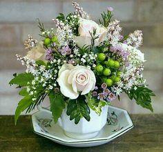 precioso ramo de flores en una taza.