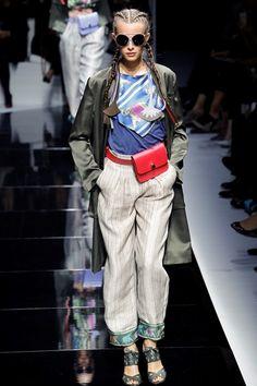 Guarda la sfilata di moda Emporio Armani a Parigi e scopri la collezione di abiti e accessori per la stagione Collezioni Primavera Estate 2017.