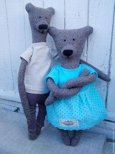 Сегодня я расскажу, как сшить милую парочку мишек — Гилберта и Энджи по мотивам мишек Philomena Kloss. Материалы и инструменты: - бумага; - ножницы; - карандаш; - нитки; - иголки; - булавки; - итальянская полушерсть (варианты: твид, кашемир, тонкий драп, костюмная ткань); - ткань для одежды: трикотаж, хлопок, лен, вельвет и так далее; - наполнитель (варианты: холлофайбер, синтепон, синтепух); -…
