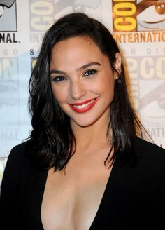 Gal Gadot Wonder Woman at Comic Con 2016 Hot Hair Colors, Fall Hair Colors, Cool Hair Color, Gal Gardot, Gal Gadot Wonder Woman, Sr1, Beautiful Celebrities, Cool Hairstyles, Hair Beauty