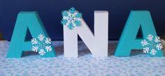 Letras 3D - Frozen   As letras 3D - frozen é uma ótima opção para você personalizar sua festa. É feita em papel de gramatura 180 decorada com flocos de neve e strass.  dimensão:  altura: 12,0 cm.  Fizemos em outros temas. Consulte-nos.  Em caso de dúvida, entre em contato. Caso você entre em cont...