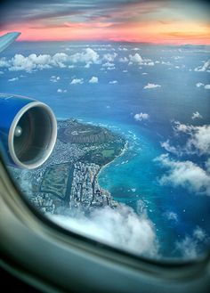 I was lucky to land in Oahu, Hawaii just as the sun started to set. The view from the airplane window was simply incredible. It was awesome to see the v. Window Seat to Hawaii Airplane Window, Airplane View, Airplane Photography, Travel Photography, Belle Photo, Wonders Of The World, Travel Inspiration, Places To Go, Beautiful Places