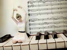 611787_devushka_balerina_pianino_klavishi_notyi_2560x1922_www.Gde-Fon.com.jpg (1600×1201)