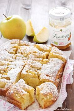 Apple pie with a very soft and humid yogurt ricettedelcuore Sweet Recipes, Cake Recipes, Dessert Recipes, Nutella, Fairy Food, Light Cakes, Pie Dessert, Light Recipes, Just Desserts
