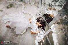 OKeyteam, портретная фотография, девушка, темные волосы, свет, портрет, арт, белое платье, нежность, сказка, декорации, светлые, лежа, сон. www.okeyteam.com